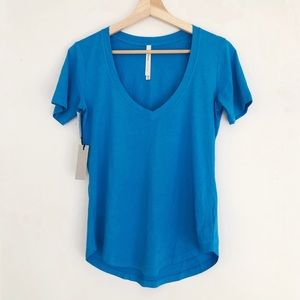 ARITZIA BABATON Foundation Tee Coast Blue V-Neck